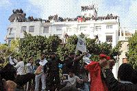 Povo na rua derruba ditador na Tunísia